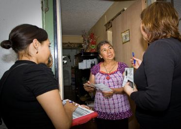 A South Los Angeles resident talks with healthy homes outreach workers.