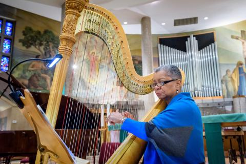 Patricia Terry-Ross performing on her harp